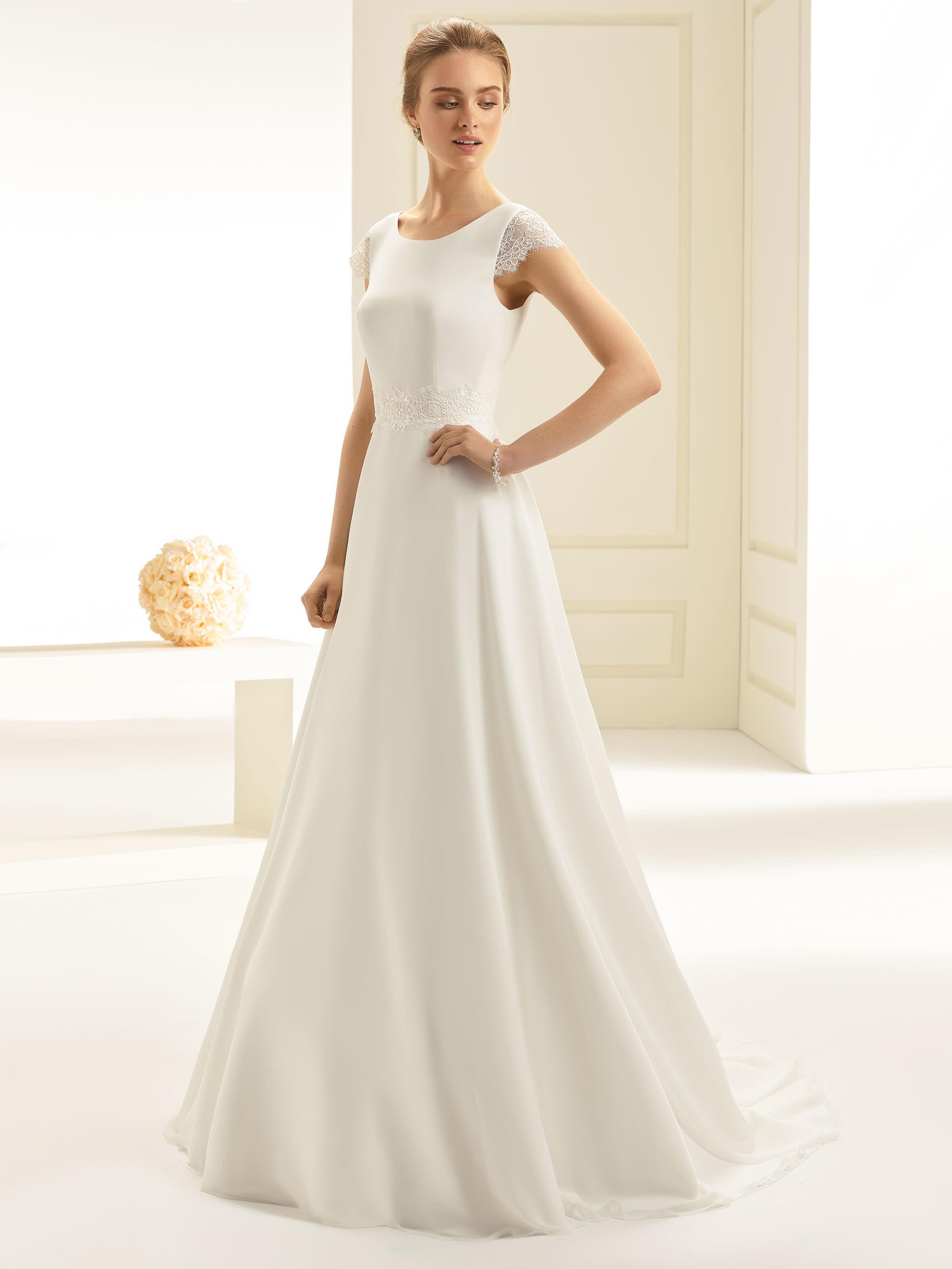 Traumhaftes Brautkleid mit V-Ausschnitt  Samyra Fashion